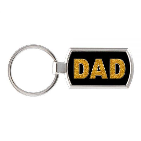 Foto van een sleutelhanger met het woord Dad erop