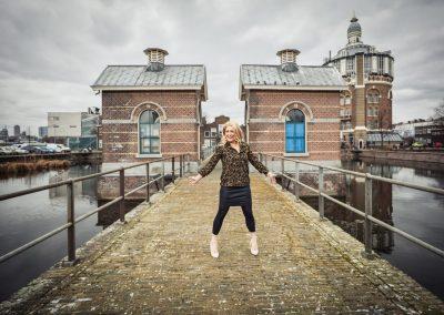Linda is blij op de brug