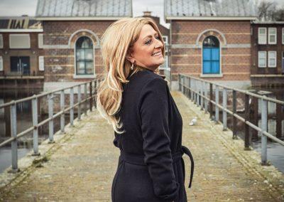Linda loopt over een brug